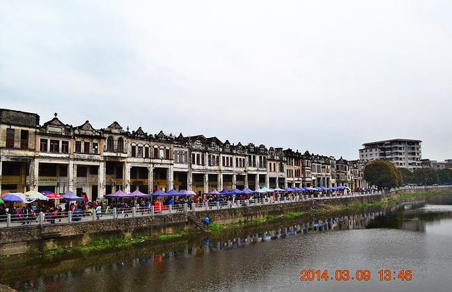 的 街道 有 很多 店铺 粮店 杂货 店 药店 五金 店 ...