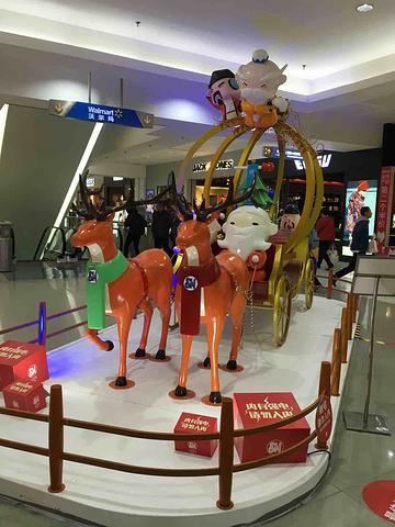 """""""由于圣诞节快到了,所以SM 广场到处充满了圣诞节的气息。它有很多餐饮店、游戏厅、国际大牌服装店等_SM城市广场""""的评论图片"""
