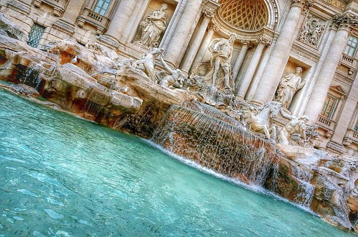 """""""西班牙广场也是《罗马假日》里面一个非常有名的景点,那里有奥黛丽赫本吃冰激凌的场景,中间的喷泉..._特莱维喷泉""""的评论图片"""