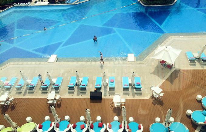 室外无边泳池图片