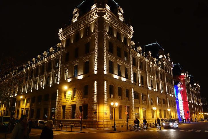 """""""巴黎司法宫,闪着巴黎国旗的红白蓝三色灯光十分耀眼_巴黎高等司法官""""的评论图片"""