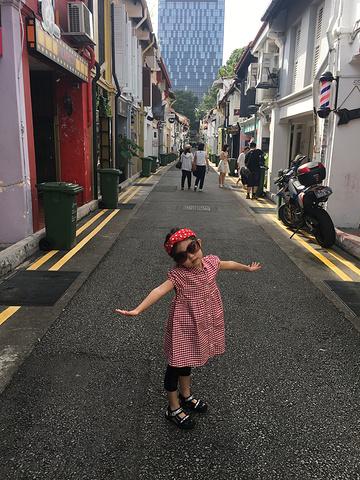 """""""有点类似我们北京的南锣古巷,由于到的比较早,周边的小店还都没有开门!这条小巷子很小,很快走完_武吉士街""""的评论图片"""