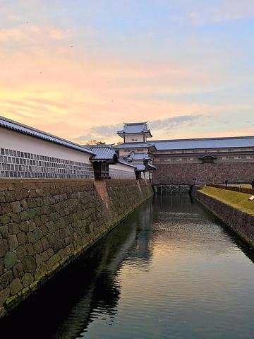 """"""" 金泽城与兼六园就一桥之隔。穿过桥就到了石川门,再往前走就到了桥爪门。但其美观性却依然吸引着无数游人_金泽城""""的评论图片"""