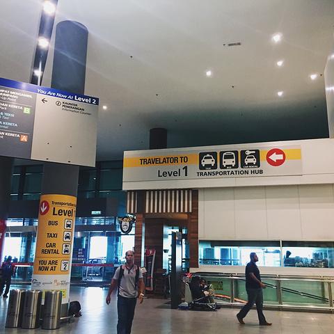 """""""这里没有猫却是猫城这里不需要导航和地图这里的公交几乎等不到这里能见的人行道几乎很少这里..._古晋国际机场""""的评论图片"""