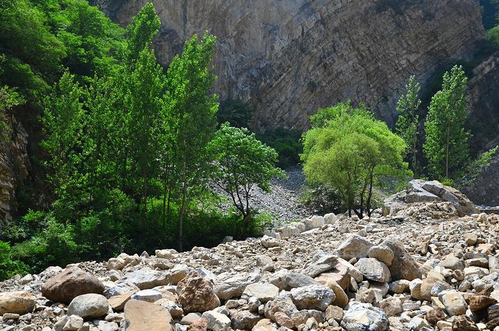 """""""猜想这一定就是第一个景点""""虎峪水库""""了。转过碎石铺就的山路,是一片非常凌乱的乱石滩。比较有戏剧性_虎峪""""的评论图片"""