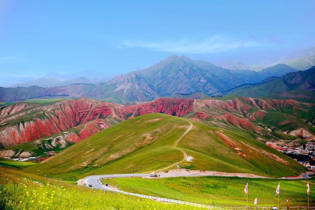 看赤红与碧绿层叠交错!周边草原风光一日游