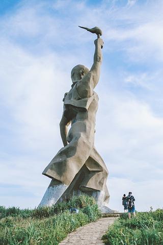 """""""在财伯公像旁边有一条小路可以通往,不过要穿越茂密的芦苇丛才能抵达,穿短裤要小心,可能会被芦苇划伤_财伯公雕塑""""的评论图片"""
