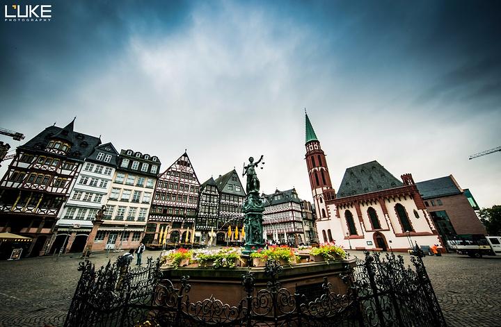 """""""这座形成于15世纪的广场可谓是古今建筑大融合的典范了,从古色古香的政府大楼到旁边新开张的小商店..._正义女神喷泉""""的评论图片"""