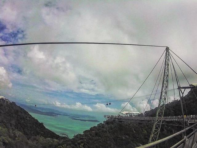 """""""景色很美 但在透明的玻璃上站着 还蛮恐怖。这个是脚下的风景 ,山峦起伏的 。tag#我要精彩台历#_天空之桥""""的评论图片"""