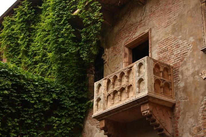 """""""抬头终于看到了那个在明信片中看到过无数次的大理石阳台,莎翁笔下罗密欧和朱丽叶幽会的地方,无数男..._朱丽叶故居""""的评论图片"""