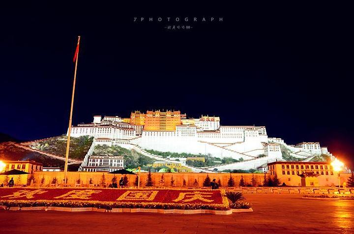 """""""纪念碑前的音乐喷泉也开始了,整个广场显得更加美丽更加热闹,看到了不一样的拉萨。无门票_西藏和平解放纪念碑""""的评论图片"""
