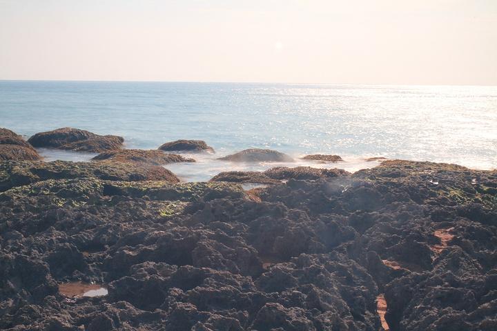2018现在是热热闹闹的海滨浴场,烈日炎炎,遮阳伞一字排开,密密占满了沙滩 有国内海滨浴场的热闹景象 垦丁白沙湾海滩评论 去哪儿攻略社区图片