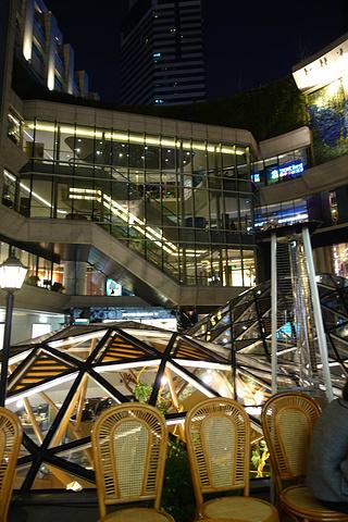 """""""K11是上海最好逛的购物中心之一~不但可以购物还可以看各种展览。顶上也有酒吧可以喝酒_K11购物艺术中心""""的评论图片"""