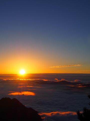 """""""光明顶是观赏日出的最佳地点,所以这里也是黄山早晨最人满为患的地方_光明顶""""的评论图片"""