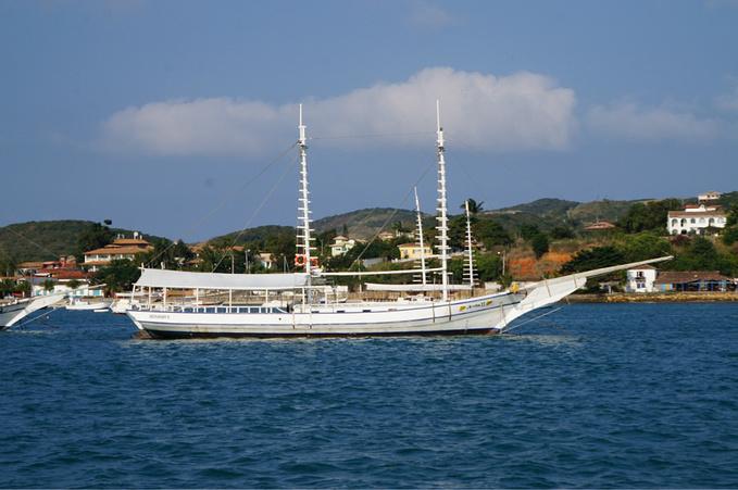 坐船前往海滩图片