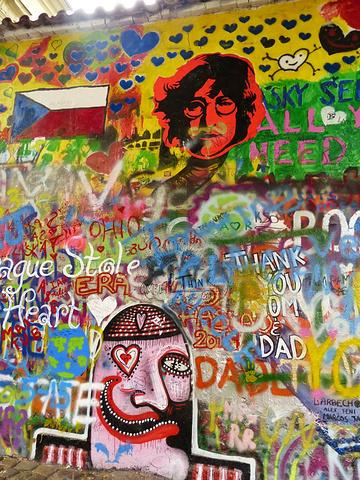 """""""...多的游客慕名而来,将这里作为他们到此一游的最好据点,原本的歌词已经被覆盖,但列侬的画像还能看到_列侬墙""""的评论图片"""