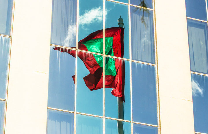 """""""大楼的玻璃上,影印着随风飘扬的国旗,形成了一道独具特色的风景。整个广场被椰林环绕,绿化相当出众_马尔代夫总统府""""的评论图片"""