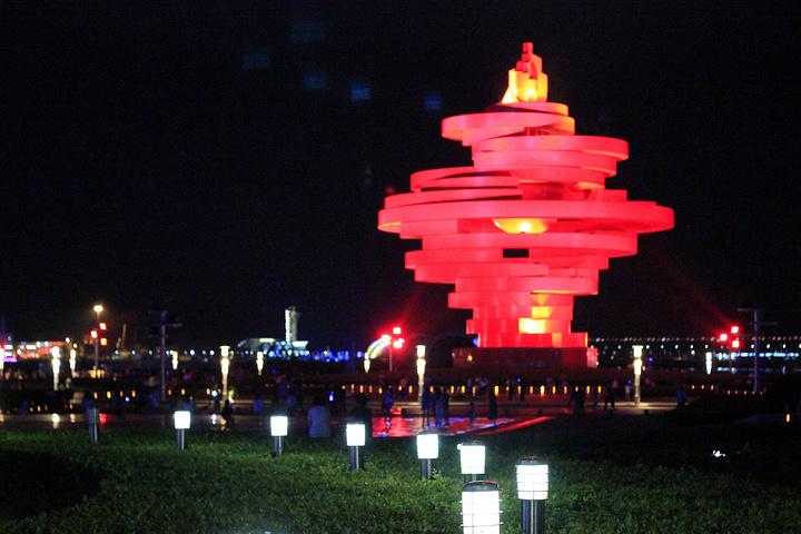 """""""一般推荐游玩时间是在夜晚,因为只有夜晚的灯火辉煌才能体会到青岛的热情如火,只不过有一点就是夜晚..._五四广场""""的评论图片"""