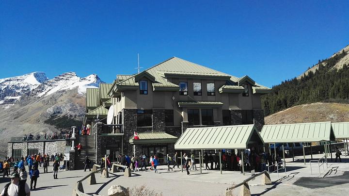 """""""这是一个非常非常棒,非常让人惊艳,也必须要来的景点。我们游览的这一天算是游客比较多的。其实非常冷_哥伦比亚冰原""""的评论图片"""