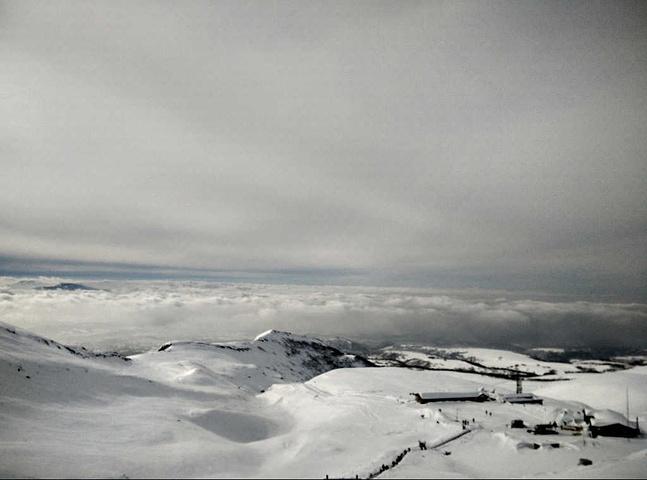 """""""长白山西坡风景区位于长白山的西坡,是整个长白山观赏天池角度最好的。游客乘坐上山的雪地车_长白山景区""""的评论图片"""