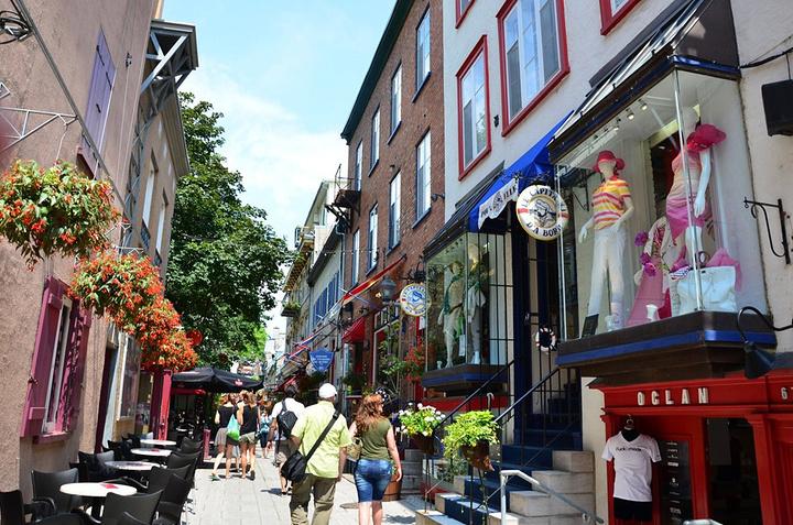 """""""走下楼梯后就是下城区的小尚普兰街,这是魁北克古城里最著名的观光街道,也是最吸引游人的一个地区,..._下城""""的评论图片"""