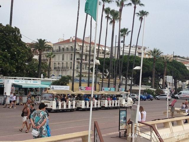 """""""戛纳是个非常适合度假的地方。海滨大道上的观光车。海滩风景。海滨大道对面不是高级酒店就是奢侈品商店_La Croisette""""的评论图片"""