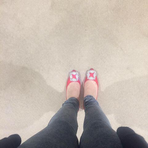 """""""大紅色白鑽要提前三個月預訂(包郵),買的人太多,都是做婚鞋呢,其實還是寶藍的好看 嘿嘿_中环置地广场""""的评论图片"""