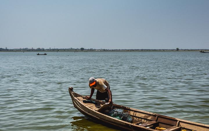 悠闲/湖边的小船,应该是用作捕鱼的小船。
