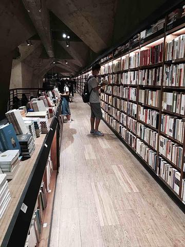"""""""方所书店在太古里地下一层,进门口就感觉一股神秘的气息。下午去青羊宫和杜甫草堂都关门了,这书店太有魔性_方所书店(成都店)""""的评论图片"""