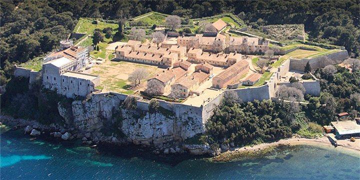 """""""由于铁面人的传说使小岛带有一份神秘色彩,被一望无际的大海包围甚至显得有些孤独,岛上的监狱和米黄..._Ile Ste Marguerite""""的评论图片"""