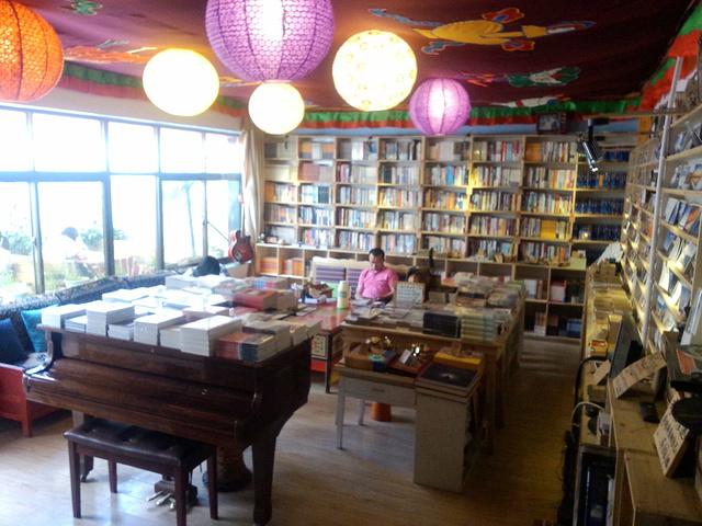 """""""比较文艺范的书店 我比较喜欢的风格 就是当时我们去的时候周围在新建房屋 有点吵 但还是很推荐去_天堂时光旅行书店(仙足岛)""""的评论图片"""