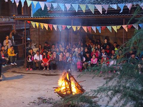 摩梭族篝火晚会旅游景点图片