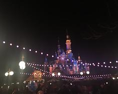 大手牵小手畅玩上海迪士尼乐园