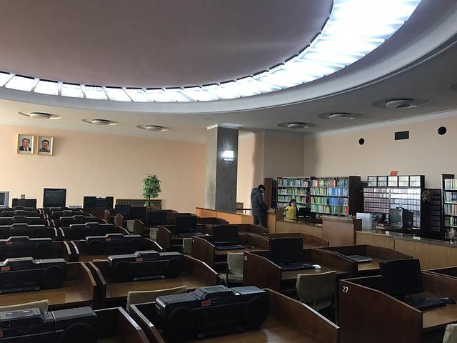 """""""...建城的,特别期待里面是什么高科技图书馆 进去了发现大概钱都花在巨型浮雕、水晶吊灯之类的装修上了_人民大学习堂""""的评论图片"""