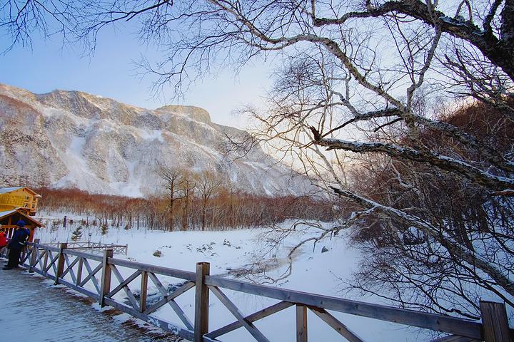 """""""小天池景色还不错,有潺潺流水。在两边是雪的岸边,小溪清流宛转,一动一静显得活泼有趣_小天池""""的评论图片"""