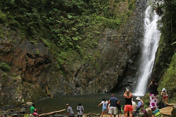 跳瀑布的斐济人图片
