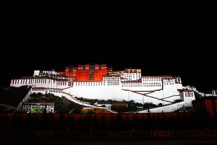 """""""拉萨的夜晚并没有特别冷,晚上9点布达拉广场也还灯火通明,民俗活动正举办的火热_布达拉宫广场""""的评论图片"""