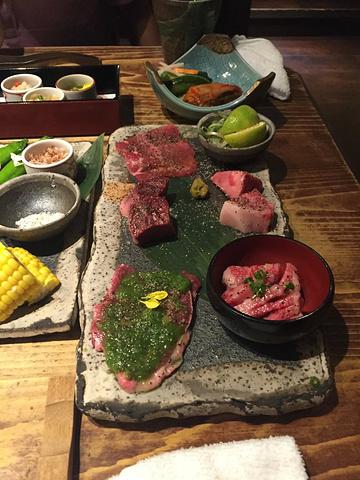 """""""日本牛肉和我们在世界上别的地方吃的牛肉非常不一样,软嫩多汁,千万不要错过_弘烧肉""""的评论图片"""