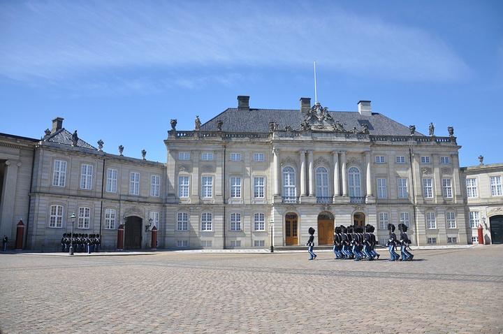 """""""阿美琳堡王宫就成了来丹麦必去的打卡圣地之一了。不管是男是女,可能小时候都幻想过童话中的王子或者公主_阿美琳堡宫""""的评论图片"""