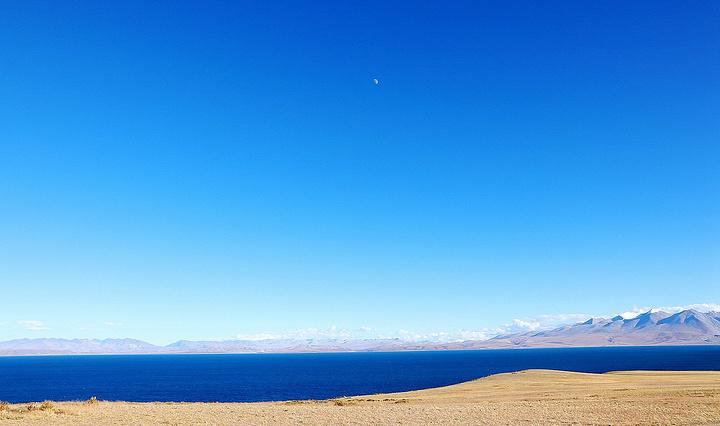 """""""玛旁雍错很大,宝石蓝的颜色没有羊湖的蒂凡尼蓝那么特别,却别有一番深邃宁静之感。我只关心帽子不要跑_玛旁雍错""""的评论图片"""