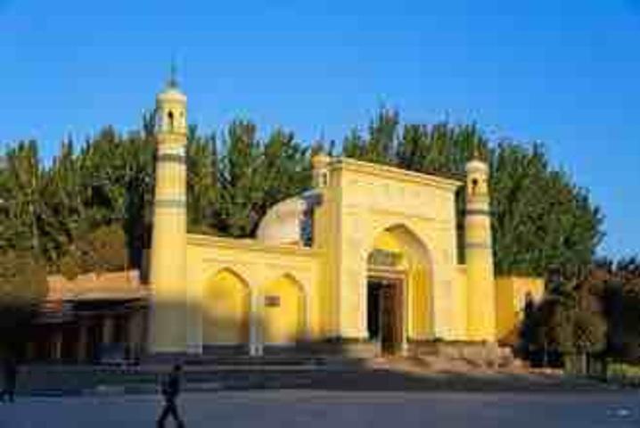 """""""进门后即为宽大的内广场,与内广场相连的为宏大的礼拜寺和教经堂,极富伊斯兰特色_艾提尕尔清真寺""""的评论图片"""