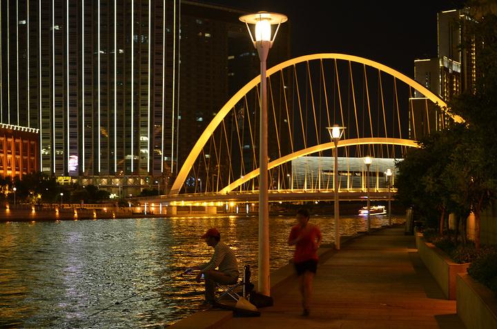 """""""大拱面向东方,象征初升的太阳,小拱面向西方象征月亮,构成观赏平台,行人至此可一览海河美景_大沽桥""""的评论图片"""