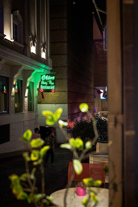 伊斯坦布尔灯红酒绿的夜。图片