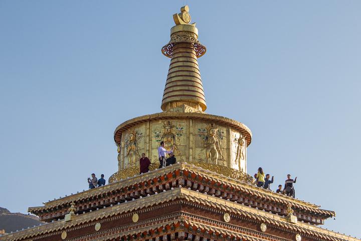 """""""佛塔等宗教设施,必须从左往右绕行,苯教寺院相反应逆时针。进入贡唐宝塔需要单收取门票,价格是20元_贡唐宝塔""""的评论图片"""