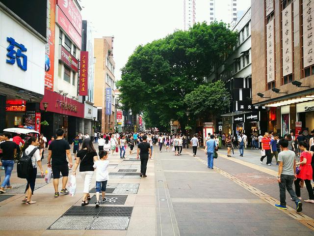 """""""除了逛街购物,我想说得是这里有以服务至上著称的海底捞火锅,价格贵服务超好,逛街累了这里享受下挺好的_北京路步行街""""的评论图片"""