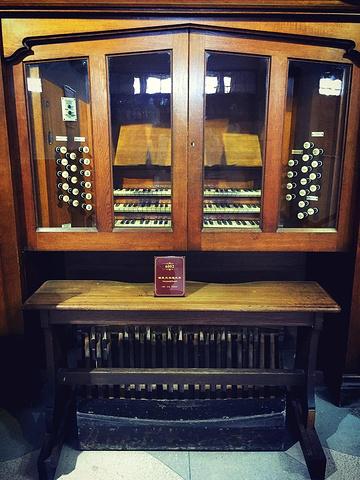 """""""...不一的风管发声,通过琴键上不同的栓的转换还可以发出不同的音调,声音浑厚,混响得当,相当有震撼力_风琴博物馆""""的评论图片"""