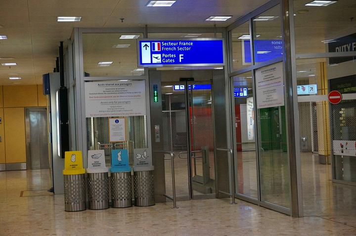 """""""日内瓦机场是法国和瑞士共用的,所以其实在法国那边的海关是可以盖欧盟退税单的海关章的_日内瓦机场""""的评论图片"""