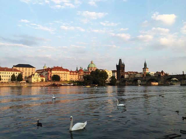 """""""...出来 这时候的伏尔塔瓦河有了夕阳的余晖更美了 周围的建筑也变成了金黄色 这时候的布拉格是金色的_福尔塔瓦河畔""""的评论图片"""