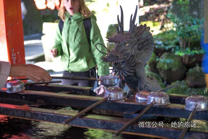 """"""".神社参道旁边有水池,据说就是需要大家在参拜之前洗干净手,漱干净口,表示对神明的尊敬。_箱根神社""""的评论图片"""