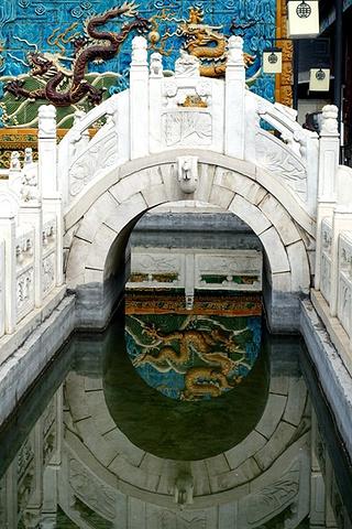 """""""宣化九龙壁。9米,共由6266块特制加厚的七彩琉璃制品构件砌筑而成,据说有639条龙_宣化九龙壁""""的评论图片"""